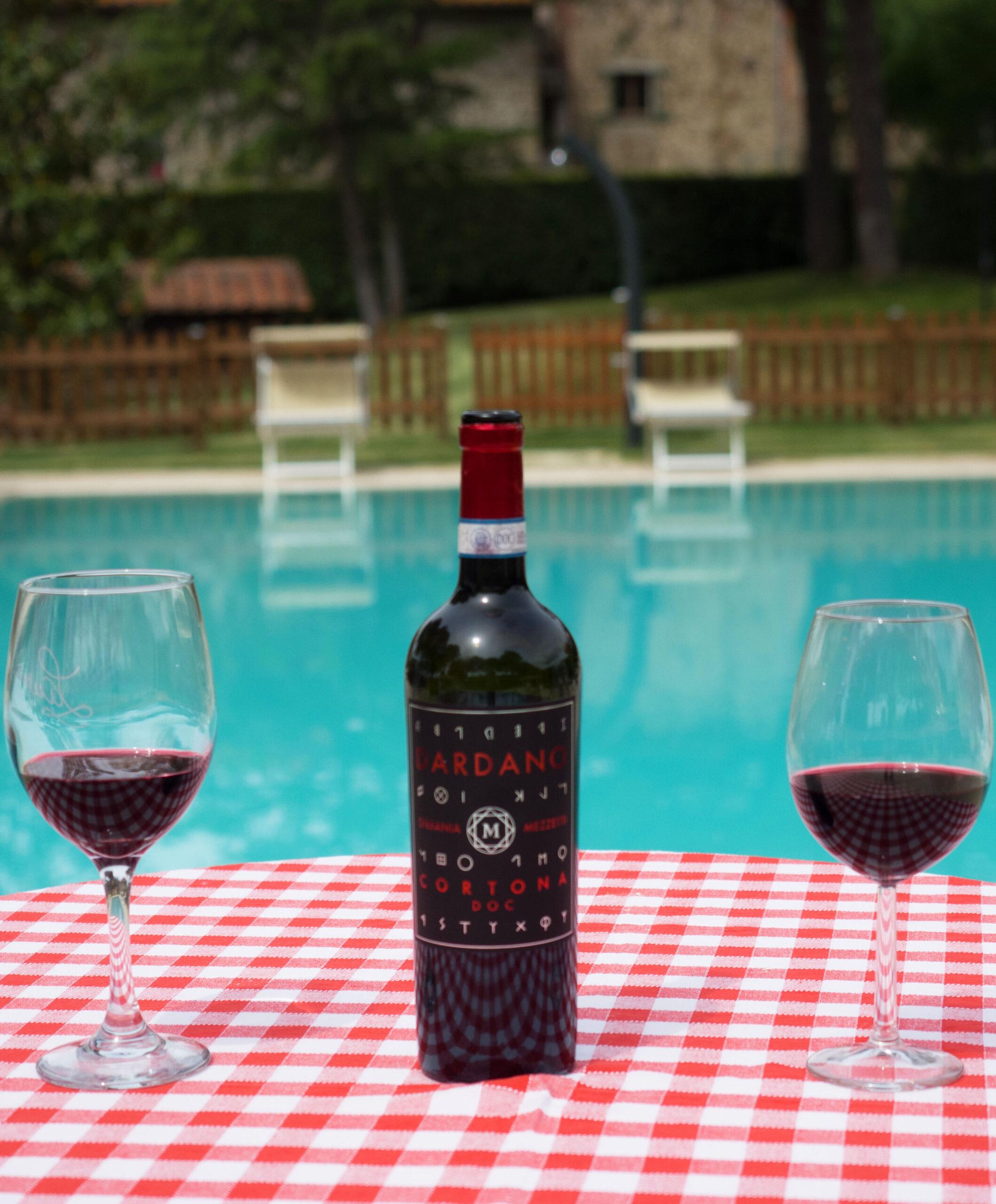 una bottiglia di vino a bordo piscina